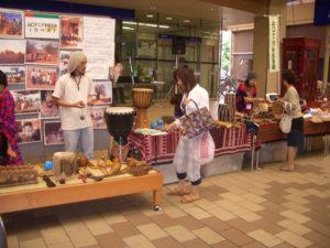 ケニアの民族楽器に誰もが興味深々です。