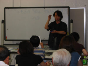 講演をする講師の村林さん。