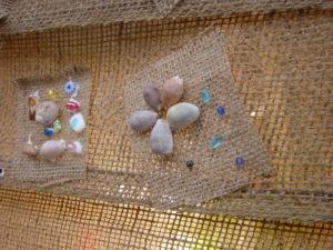 ブルービーズと貝殻を使った作品。