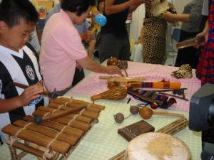 初めてみる楽器に触れる参加者。