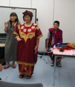 色鮮やかな民族衣装。妙に似合ってます。