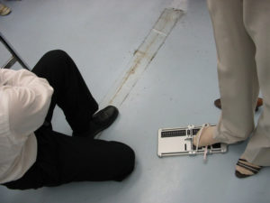 自分の足のサイズを測定しています。