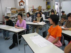 菅沼さんのお話に興味深々の参加者。