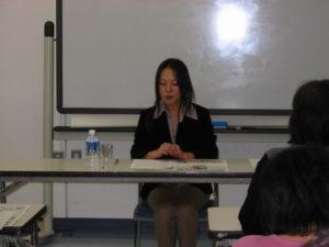 講演される講師の野稲さん。
