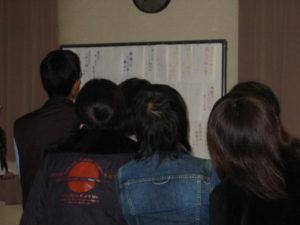 ホワイトボードを見つめる参加者。