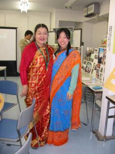 サリーを着て小島さんと記念撮影。