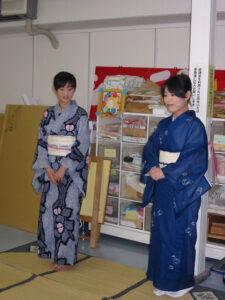 講師の岡藤さんとお友だちの吉宮さん。さすがの浴衣姿!