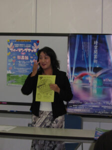 チラシを手に講演を行う世良弥和子さん。