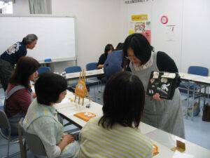 細やかに指導して回る講師の田端さん。