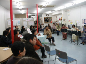 二胡の幻想的な音色に聞き入る参加者たち。