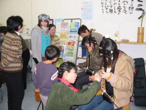 二胡の弾き方を教わっています。