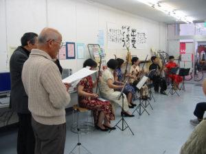 二胡の演奏に合わせて歌う参加者。