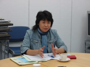 熱心に話をする子どもステーション山口の山本さん。