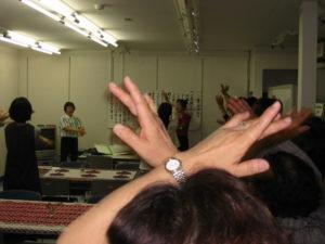 参加者みんなで歌体操をしています。