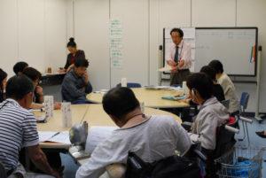 講師の山本さんと、話を聞く団体の方々。