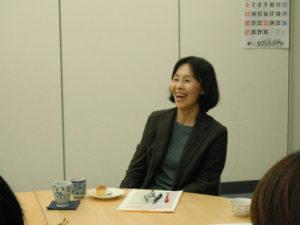 笑顔でお話するゲストの青木美弥子さんです。