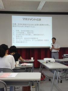 マネジメントについて話す中村先生です。