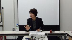 宇佐美先生が講義をしています。