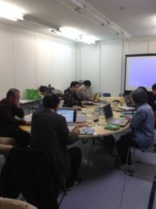 参加者がパソコンと真剣に向かい合っています。