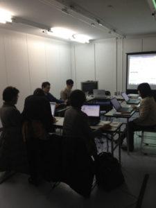 パソコンと向かい合う参加者たちです。