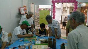 手を出さず優しく子どもを見守る竹林ボランティアのみなさんです。