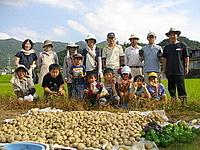収穫物を前に記念撮影