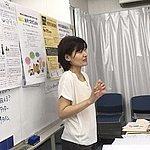 ホワイトボードの前に立つ講師の小柳あきこさん