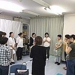 参加者全員で立って輪になり自己紹介。十数名の女性