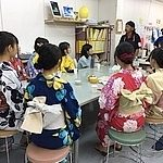 浴衣の学生さんと市民活動団体りす会山口代表金子さん、さぽらんてスタッフでのオリエンテーション写真