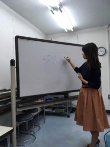 講師がホワイトボードに書いて説明しています