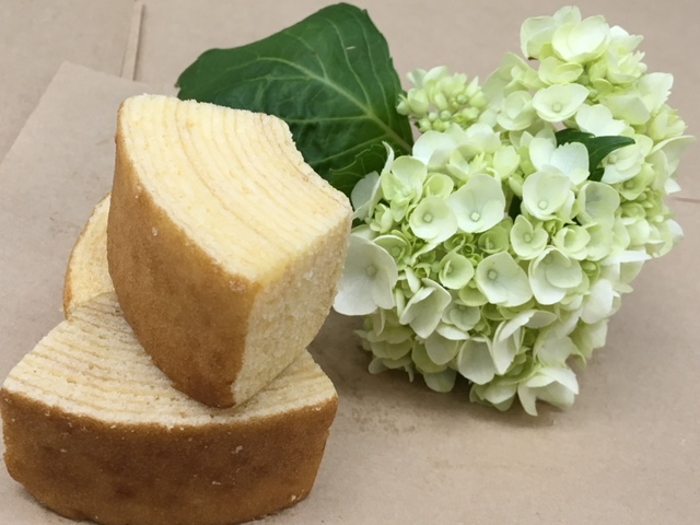 花を添えたバームクーヘンの写真です