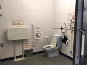 写真:多目的トイレ(オムツ替ようの台やオストメイト対応の設備がある)
