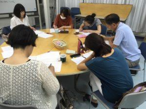 画像:第2回団体PRのための文章レッスンを受ける団体の皆さんと講師の竹岡絵美さん(白い服)